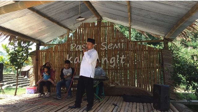 Bapak Idham Samawi bernyayi di Panggung Pasar Kakilangit