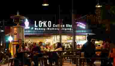 Loko Coffee Shop di malam hari