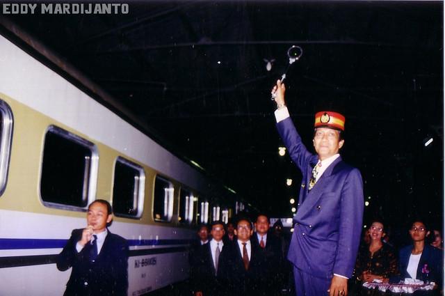 Sri Sultan HB X bertindak sebagai PPKA (Pengatur Perjalanan Kereta Api)