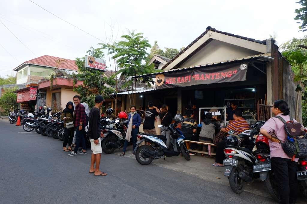 Parkir yang selalu ramai di Mie Sapi Banteng