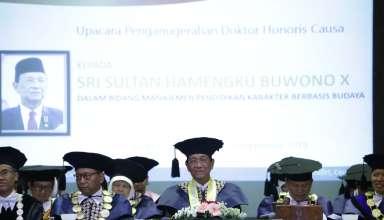 Gubernur DIY Sri Sultan HB X mendapatkan gelar kehormatan Doktor Honoris Causa (Dr. Hc.) dari UNY.
