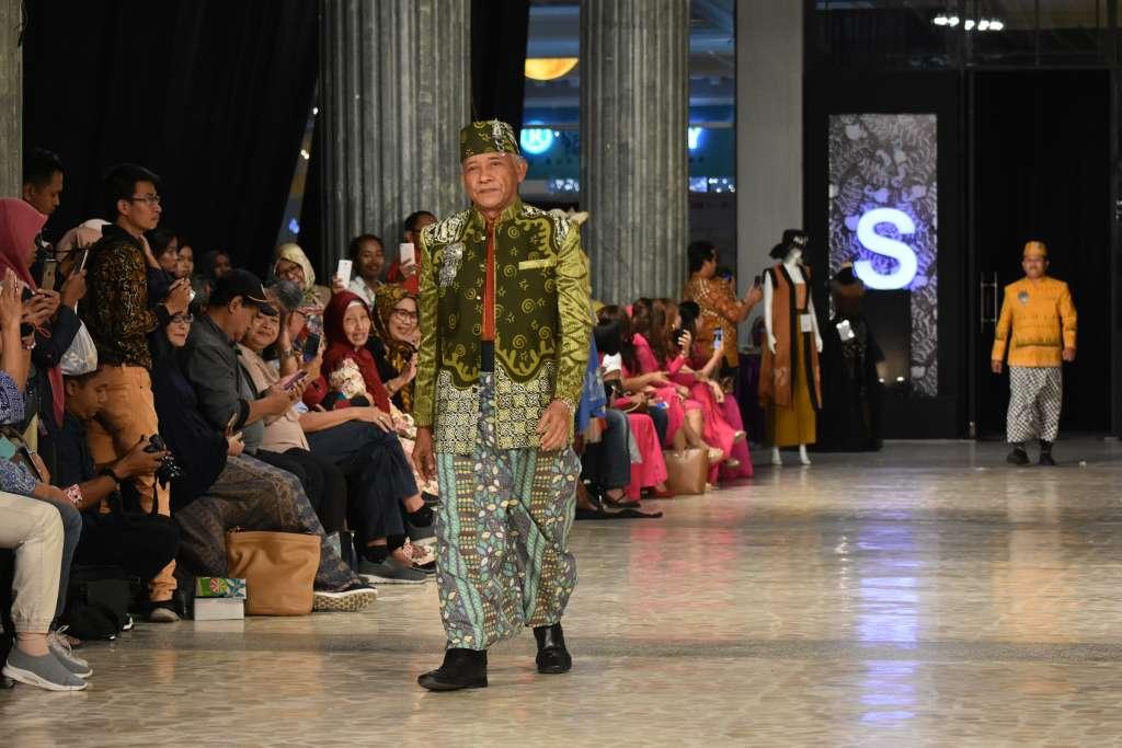 Sri Purnomo Catwalk Demi Promosikan Batik Sleman
