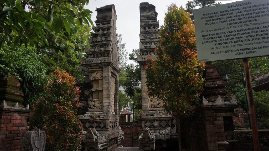 Gapura Panemut di Makam Tembayat. Terlihat bentuknya yang masih mirip candi Jawa Timuran.